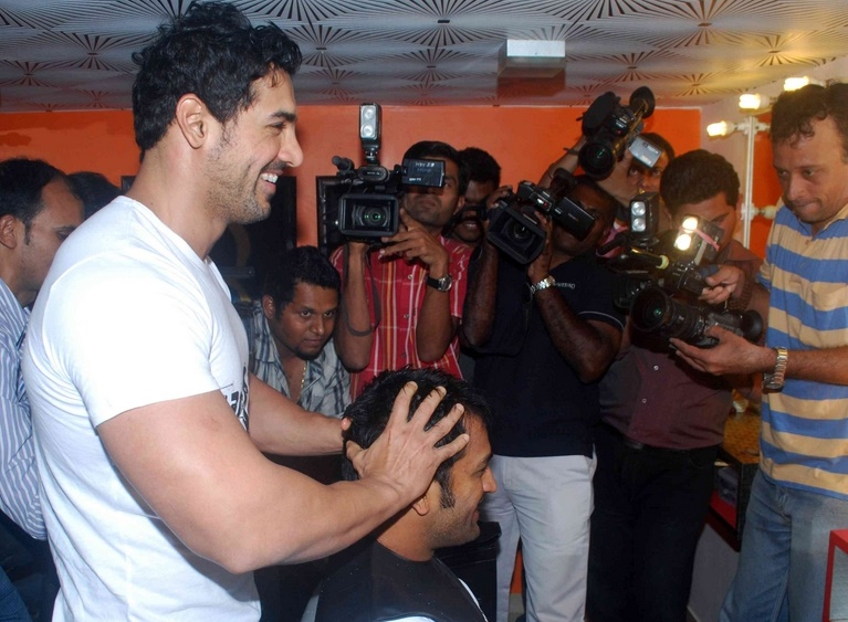 john-and-dhoni-style-each-other-at-mad-o-wat-salon-stills07