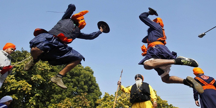 "Nihangs or Sikh warriors perform ""Gatkha"", a traditional form of martial arts, during a religious procession ahead of the birth anniversary of Guru Gobind Singh in the northern Indian city of Chandigarh January 5, 2015. Guru Gobind Singh was the last and the tenth Guru of the Sikhs. REUTERS/Ajay Verma (INDIA - Tags: RELIGION ANNIVERSARY SOCIETY TPX IMAGES OF THE DAY)"
