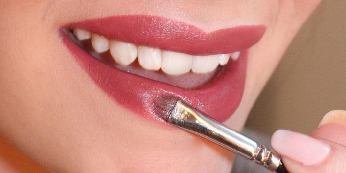 apply lip colour