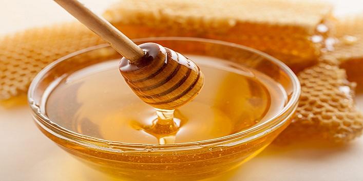 Make-your-lips-glowing-using-honey