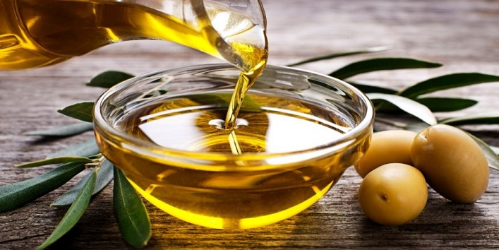 Use-olive-oil-to-get-rid-of-forehead-wrinkles