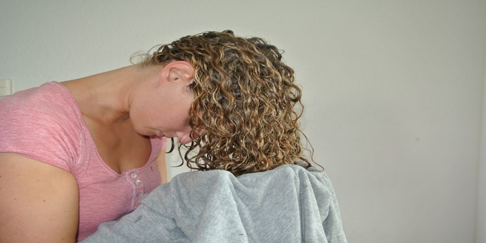 Dry-your-hair-with-an-old-T-shirt