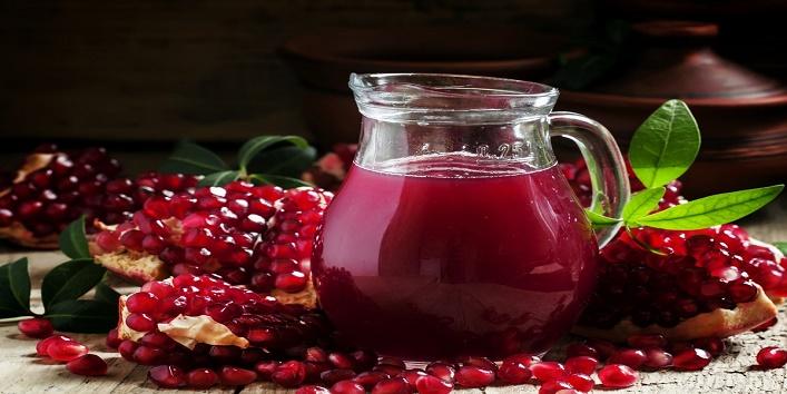 Pomegranate-juice-for-moisturizing-lips