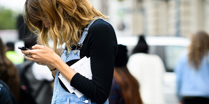 Ways-Your-Phone-Is-Damaging-Your-Skin-3