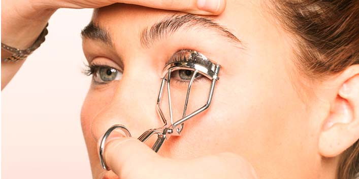 Curl your eyelashes by warming the curler