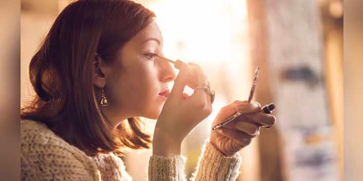 Applying Eyeliner On The Waterline
